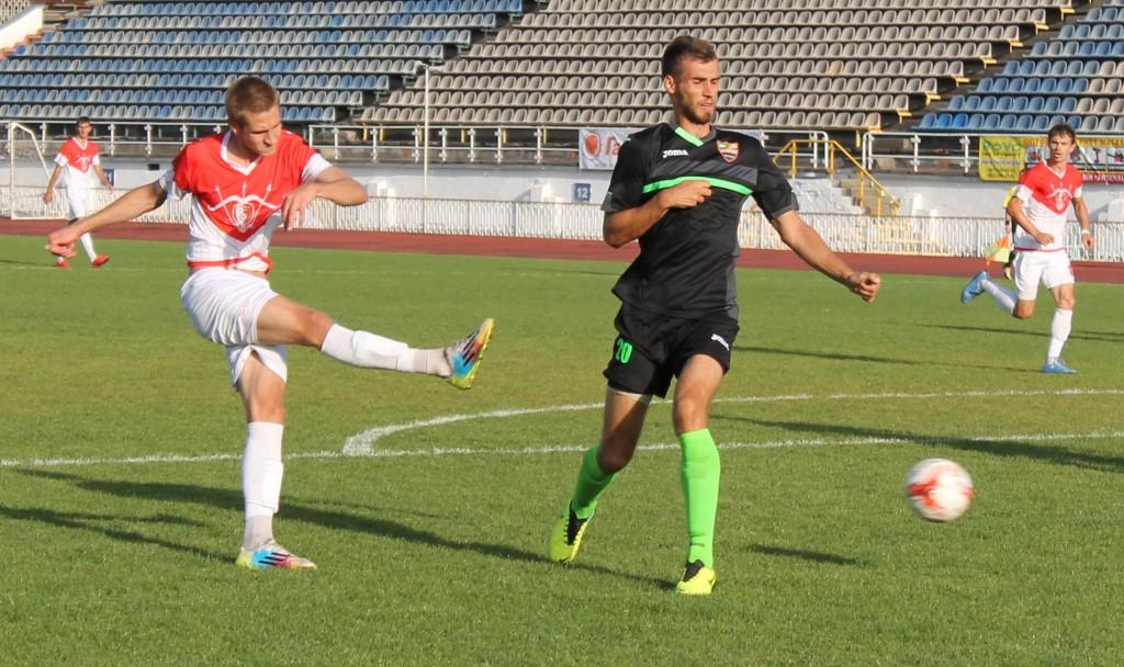 Белоцерковец Пилипенко (слева) пять со своих семи голов забил именно Энергии, фото В.Сломчинского, arsenalbc.in.ua