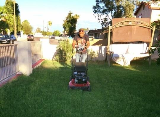 Орландо Салидо стрижет газон, boxingscene.com