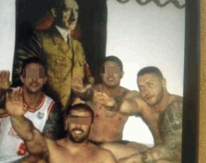 Антонио Менендес (справа) зигует, farodevigo.es