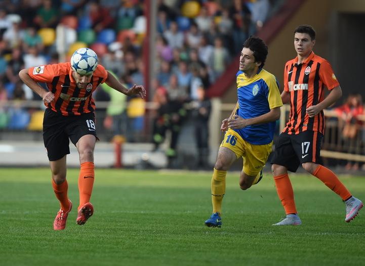 Ордець та Малишев позбавляють м'яча тернополянина Сороцького (в центрі), фото shakhtar.com