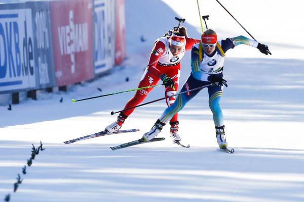 Один из наиболее эпичных финишей сезона - борьба за второе место в гонке преследования в Поклюке между Валей Семеренко (на переднем плане) и Доротеей Вирер, Getty Images