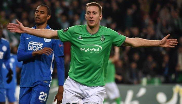 Роберт Берич празднует второй гол в ворота Днепра, AFP