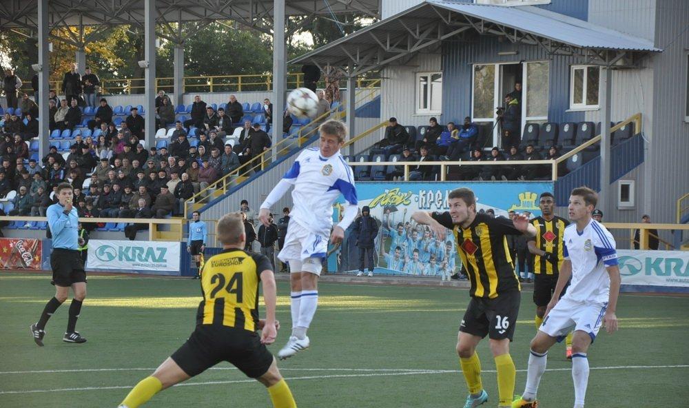 Возвращение Степанчука (в прыжке с мячом) ожидалось и читалось, фото Г.Криворучко, fckremen.com
