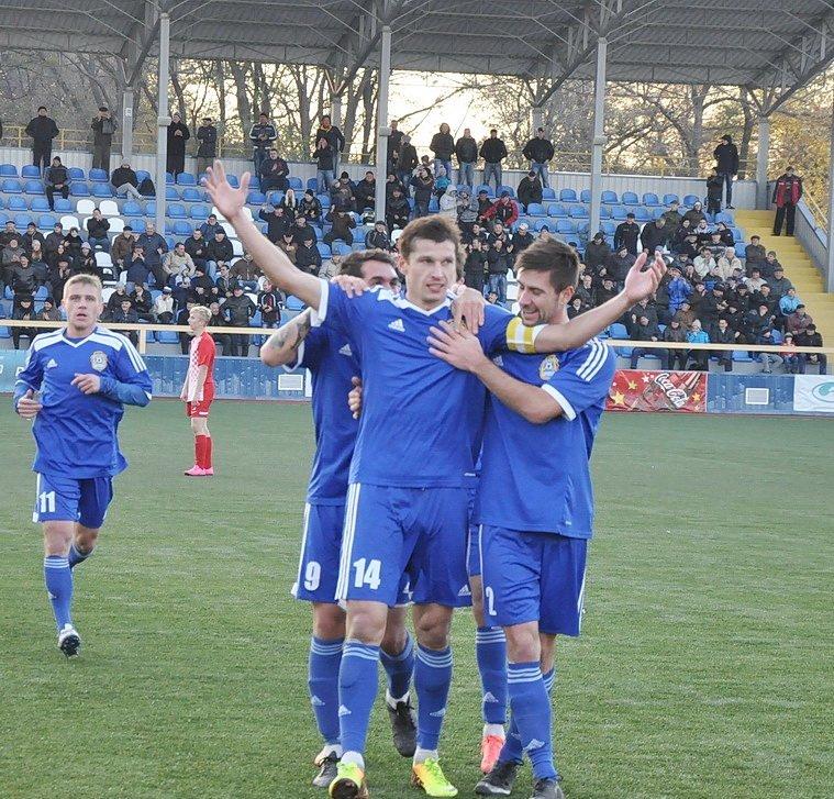 Тимченко (в центре) забил половину всех голов кременчужан, фото Г.Криворучко, fckremen.com