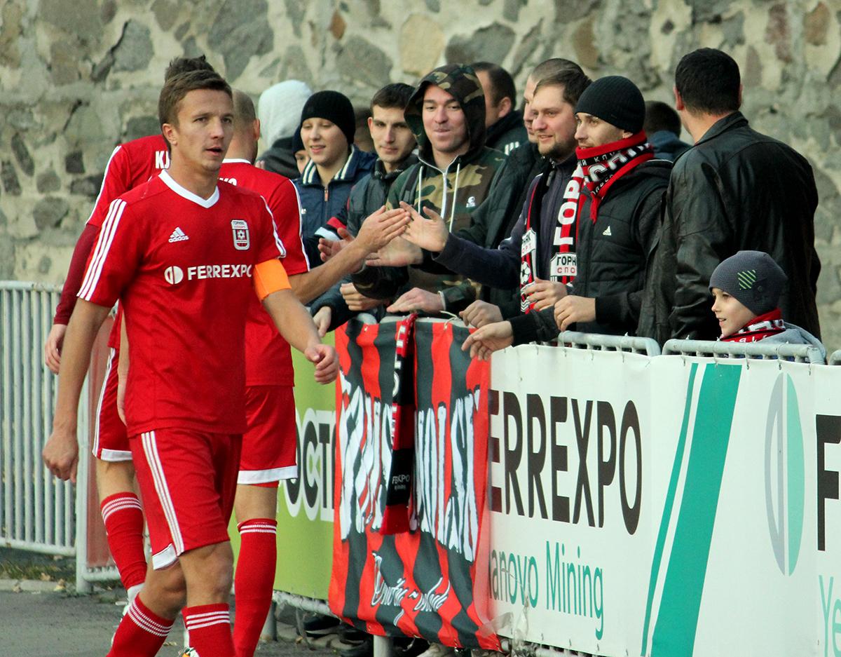 Герасимец (слева) дослужился и до капитанской повязки, фото П. Максимова, gornyak-sport.net