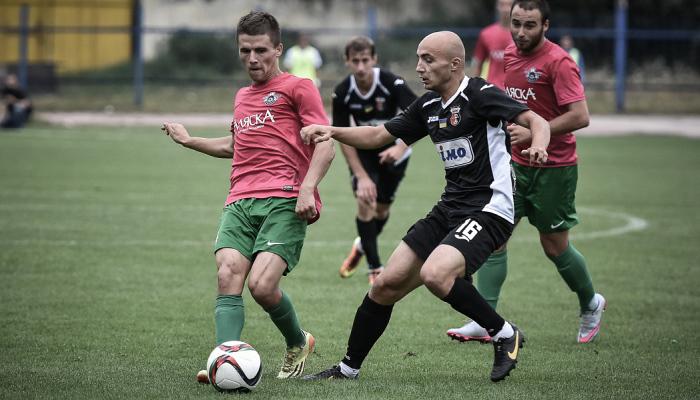 Василий Цюцюра (слева) против Вереса, фото Б.Зайца, fcskala.com