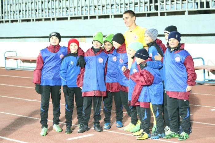 альчук (в центре) – один из пяти незаменимых футболистов первой лиги, фото fcilich.com