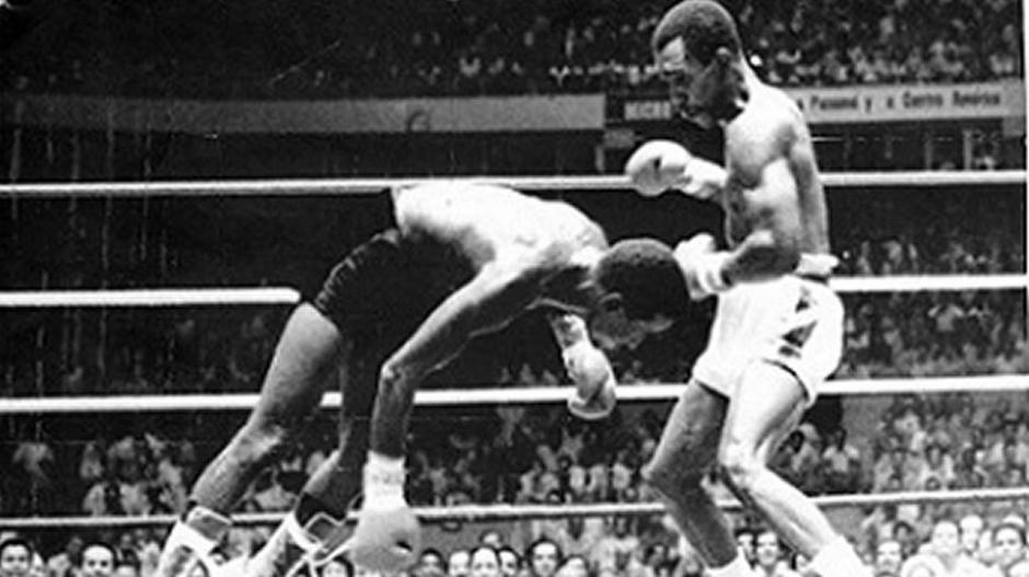 Антонио Сервантес нокаутирует Альфонсо Фрейзера и становится чемпионом мира WBA в суперлегком весе (28.10.1972), ecbloguer.com