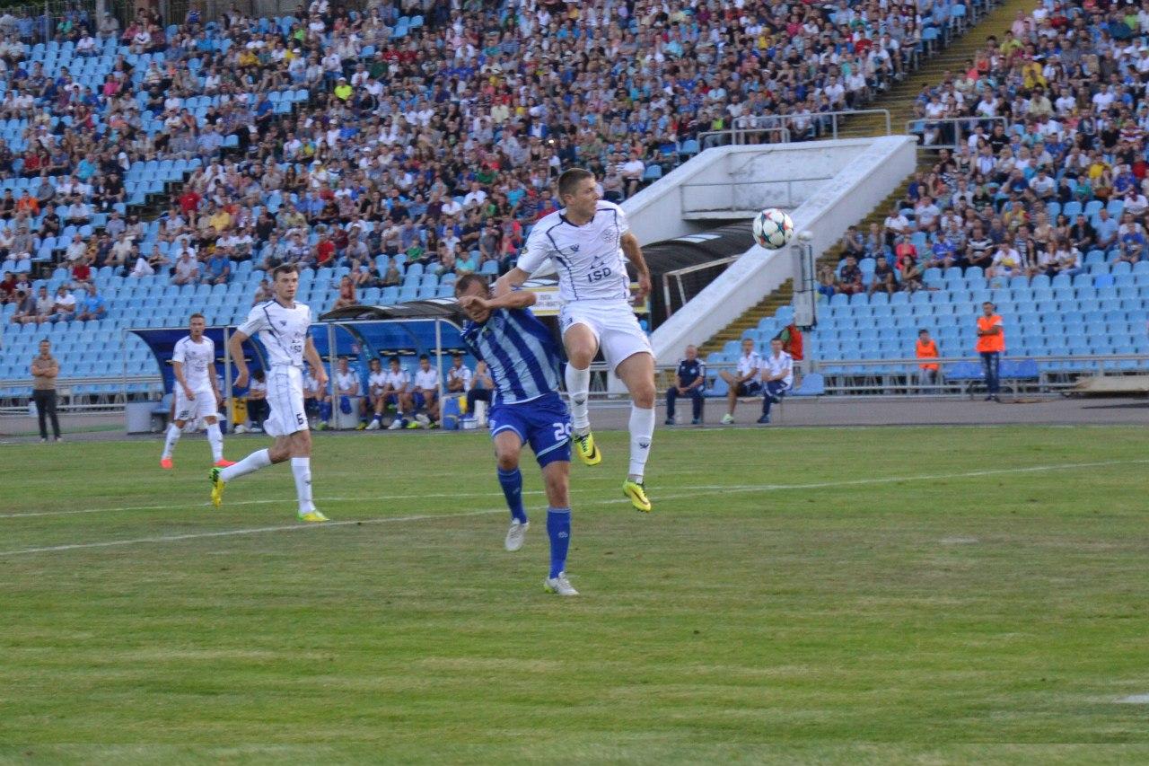 Динамовец Гусев (в центре) в борьбе с Адамюком и Каленчуком, которые года полтора назад еще во второй лиге играли, фото fcstal.com.ua