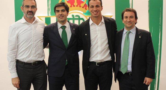 Леандро Дамиао (второй справа), realbetisbalompie.es