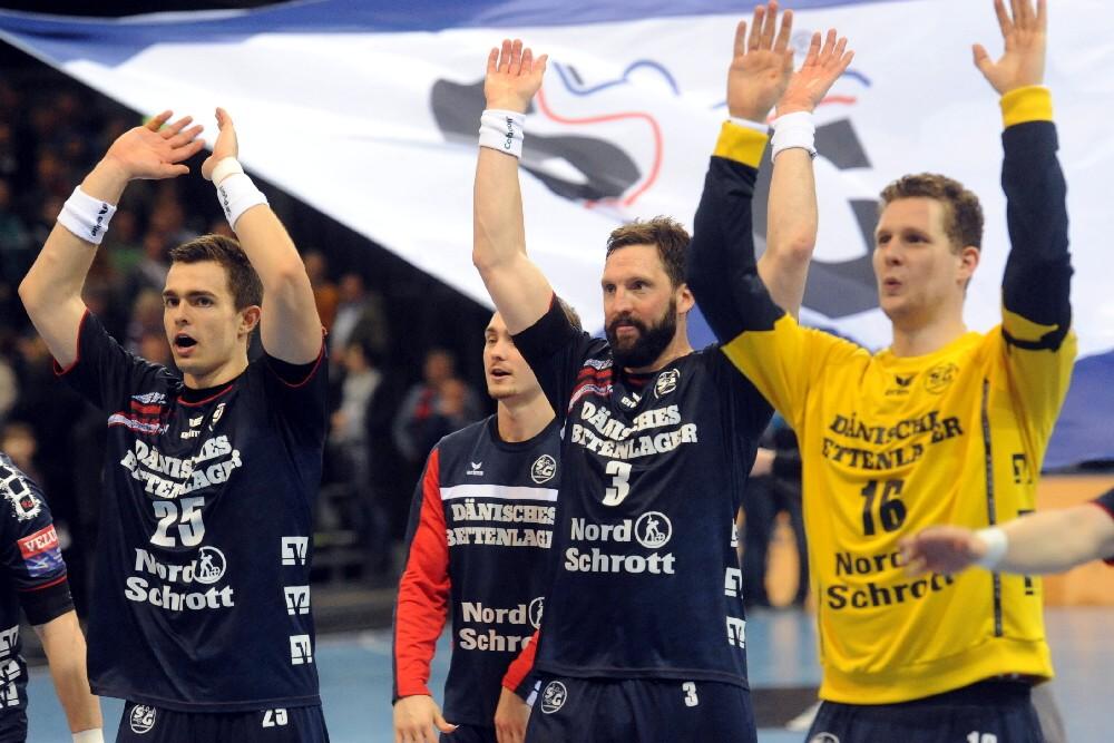 Игроки Фленсбурга празднуют выход в четвертьфинал, sg-flensburg-handewitt.de