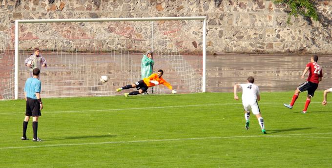 Сергей Герасимец забивает 50-й пенальти текущего сезона первой лиги, фото gornyak-sport.net
