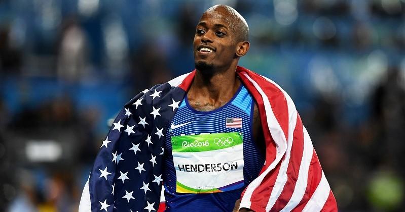 Житель америки Джефф Хендерсон завоевал золото впрыжках вдлину наОлимпиаде
