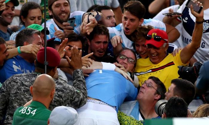 Хуан Мартин дель Потро в окружении фанатов, Getty Images