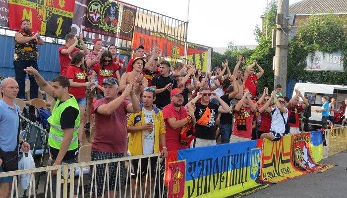 В отчетном туре сразу четыре матча собрали 2-6 тысяч зрителей. На снимке – запорожские болельщики, прибывшие аж в Винницу, фото М.Шафира, Sport Arena