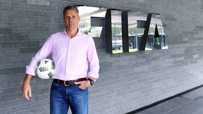 Ван Бастен стал сотрудником ФИФА