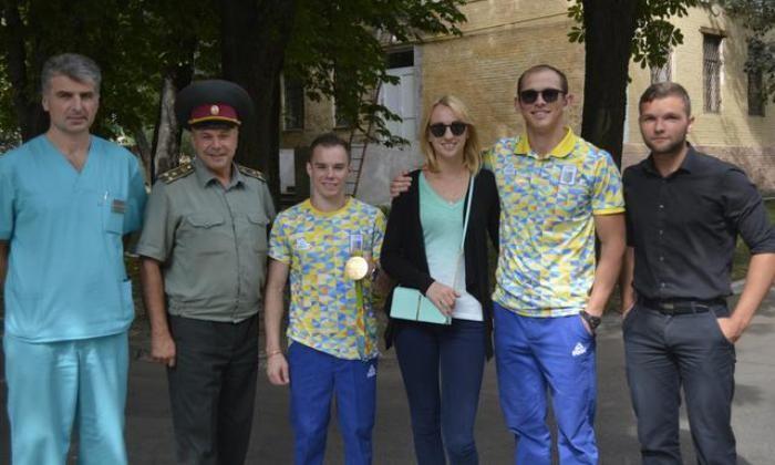 Олимпийскому чемпиону Олегу Верняеву вручили автомобиль, Юрию Чебану— квартиру