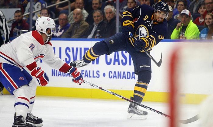 Хоккеист «Баффало» Кейн получил травму после столкновения сЕмелиным вматче НХЛ