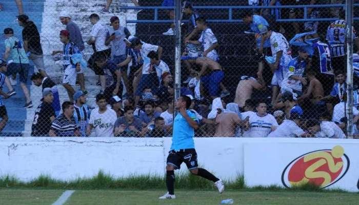 Полицейский выстрелил впытавшегося успокоить болельщиков футболиста вАргентине