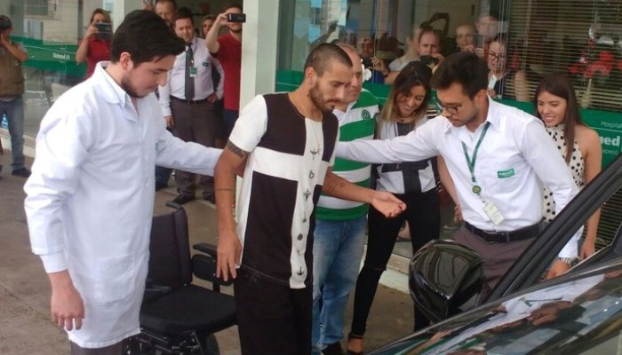 Выживший после авиакатастрофы футболист «Шапекоэнсе» Нето вернулся вБразилию