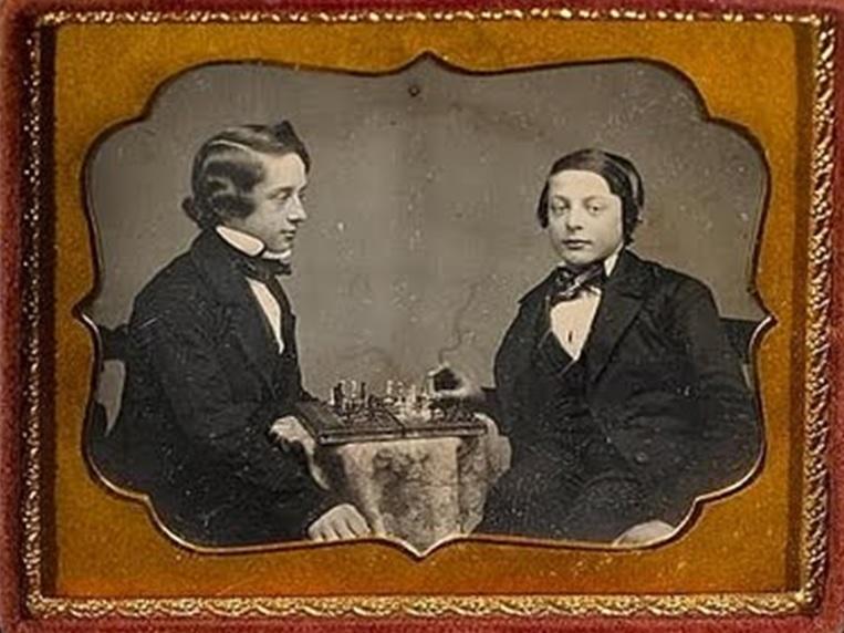 Юный Морфи (слева) играет в шахматы с одним из товарищей, smithsonianmag.com