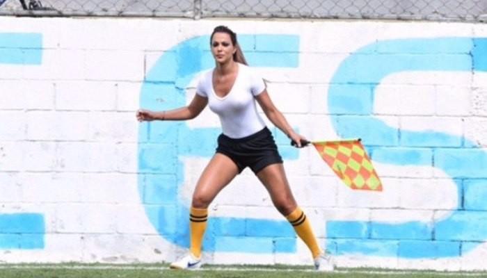 Девушка-арбитр стала звездой, отсудив матч в влажной майке