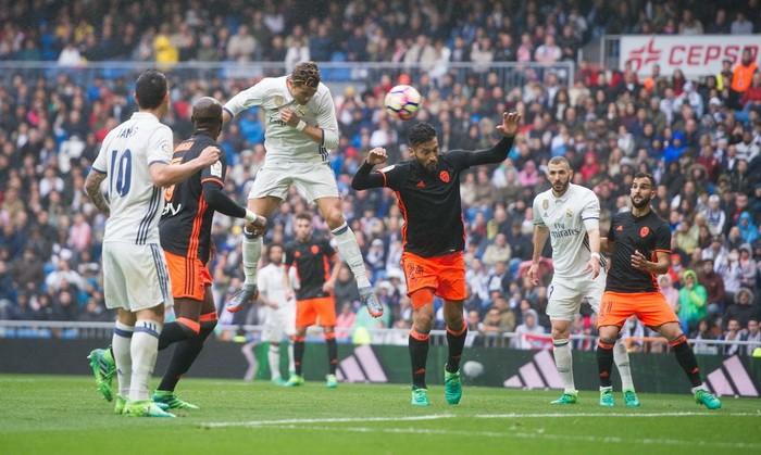 Реал Мадрид в непростом матче обыграл Валенсию