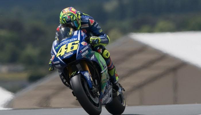 Чемпион MotoGP Валентино Росси доставлен в поликлинику после падения натренировке