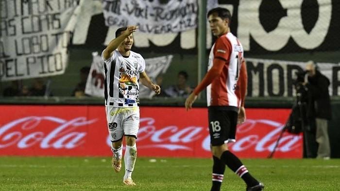«Грязная игра»: аргентинский футболист вовремя матча колол соперников иголкой