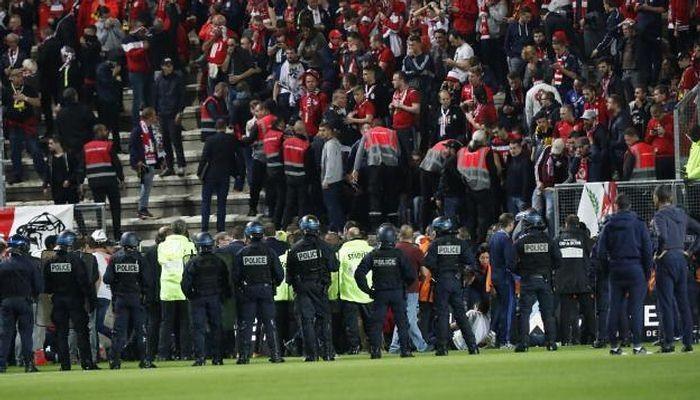ВоФранции неменее 25 болельщиков пострадали при падении стрибун настадионе
