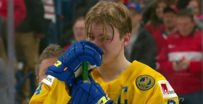 Шведский хоккеист выбросил медаль после поражения в финале