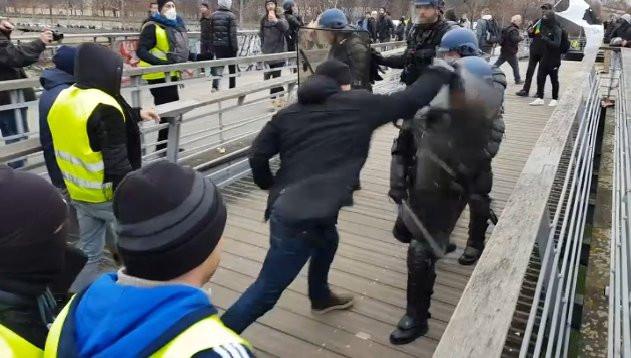 Бывший французский боксер применил свои навыки против силовиков во время протестов в Париже