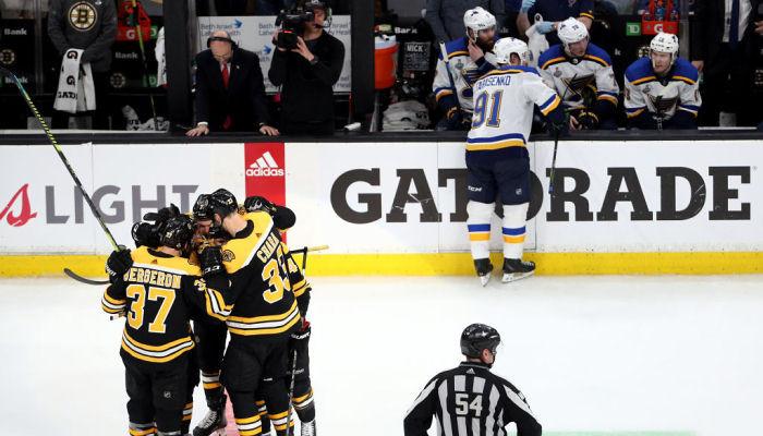 Бостон повел в счете над Сент-Луисом в финальной серии Кубка Стэнли