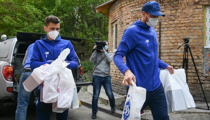 Футболісти Динамо передали подарунки бійцям АТО у військовому госпіталі