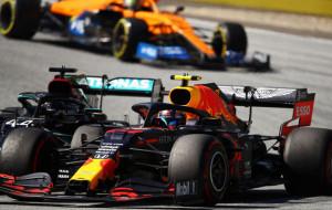 Слетевшие колеса, заглохшие двигатели. Первый гран-при Формулы-1 прошел со штрафами и многочисленными авариями