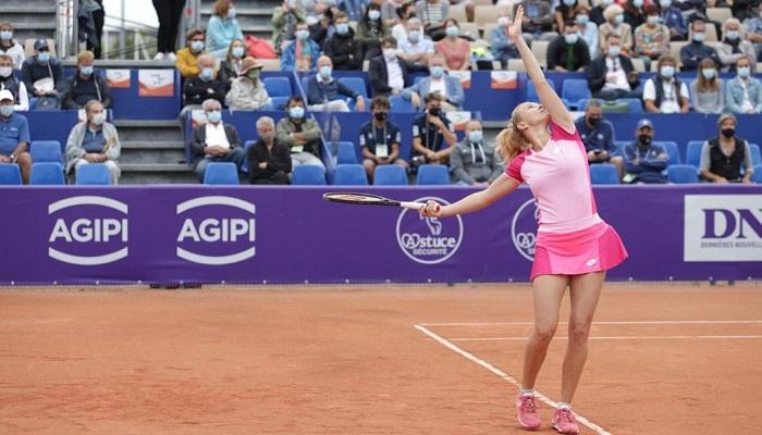 Матч Синяковой и Соболенко доиграют завтра. Победительница встретится со Свитолиной