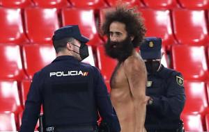 Голый мужчина, выбежавший на поле во время матча Гранада — МЮ, 14 часов скрывался на стадионе