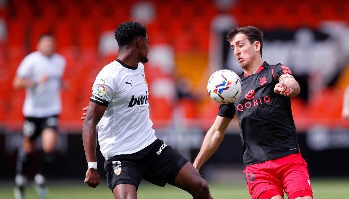 Валенсія і Реал Сосьєдад розписали результативну нічию в матчі з двома пенальті і видаленням