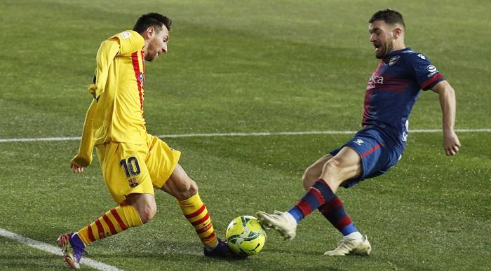 В Испании играет уникальный защитник. Финтит на уровне Месси, а отбирает как Каземиро