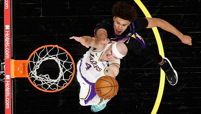 Плей-офф НБА: Финикс повел в серии с Лейкерс, победы Филадельфии, Атланты и Мемфиса