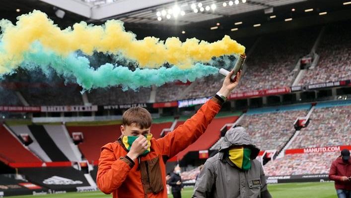 Фанаты МЮ прорвались на поле Олд Траффорд, протестуя против Глейзеров