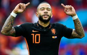 Депай стал лишь вторым игроком Нидерландов, который отличился голом и ассистом в одном матче ЧЕ и ЧМ