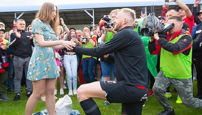 Защитник Вереса Махнев сделал предложение своей девушке после матча с Авангардом
