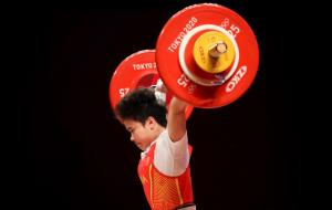 Хоу Чжихуэй с олимпийским рекордом выиграла золото в тяжелой атлетике
