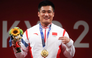 Китаец Люй Сяоцзюнь выиграл золото Олимпиады в тяжелой атлетике в категории до 81 кг