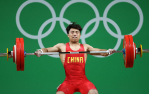 Китаец Чэнь Лицзюнь с олимпийским рекордом выиграл золото в тяжелой атлетике