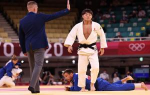Хифуми Абэ выиграл олимпийский турнир по дзюдо до 66 кг. Япония сравнялась по числу золотых медалей с Китаем