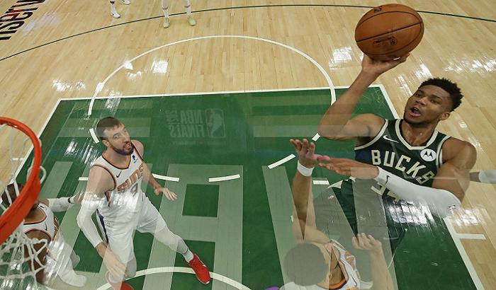 Милуоки победил Финикс и сократил отставание в финальной серии НБА