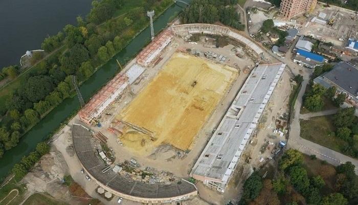 На стадіоні Авангард у Рівному майже завершена західна трибуна і ведуться роботи над облаштуванням газону