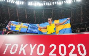 Дюплантис выиграл золото Олимпийских игр в прыжках с шестом